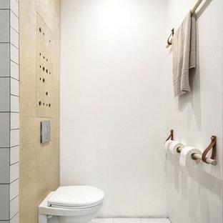 Cette photo montre un petit WC et toilettes scandinave avec un WC suspendu et un mur blanc.