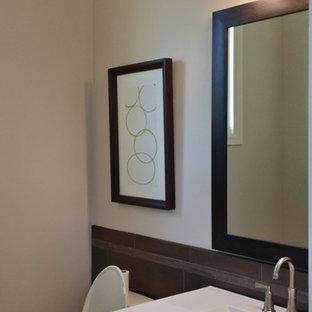 Пример оригинального дизайна: маленький туалет в стиле современная классика с фасадами в стиле шейкер, темными деревянными фасадами, раздельным унитазом, коричневой плиткой, керамической плиткой, бежевыми стенами, монолитной раковиной и столешницей из нержавеющей стали