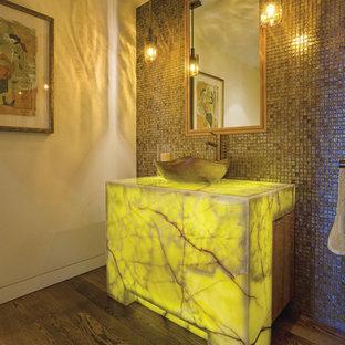 Imagen de aseo actual, de tamaño medio, con baldosas y/o azulejos marrones, baldosas y/o azulejos en mosaico, paredes beige, suelo de madera oscura, lavabo sobreencimera y encimeras amarillas