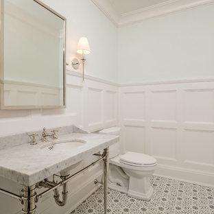 Стильный дизайн: огромный туалет в стиле современная классика с открытыми фасадами, раздельным унитазом, синими стенами, мраморным полом, врезной раковиной, мраморной столешницей, белым полом и белой столешницей - последний тренд