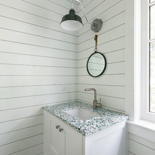 Immagine di un grande bagno di servizio stile marinaro con pareti bianche, parquet scuro, lavabo sottopiano, ante in stile shaker, ante bianche, top in quarzo composito, pavimento beige e top multicolore