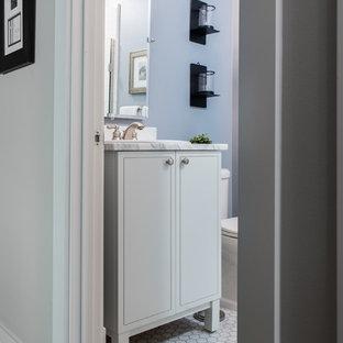 Idées déco pour un petit WC et toilettes classique avec un placard à porte shaker, des portes de placard blanches, un WC séparé, un sol en carrelage de terre cuite, un lavabo posé, un plan de toilette en granite, un sol blanc, un plan de toilette blanc, un carrelage blanc, du carrelage en marbre et un mur bleu.