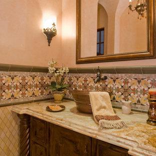 Inspiration pour un très grand WC et toilettes méditerranéen avec un placard en trompe-l'oeil, des portes de placard en bois clair, un WC séparé, un carrelage beige, carrelage en mosaïque, un mur beige, un sol en travertin, une vasque et un plan de toilette en granite.