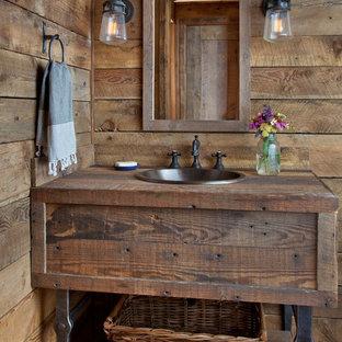Inspiration pour un WC et toilettes chalet avec un placard en trompe-l'oeil, des portes de placard en bois brun, un lavabo posé, un plan de toilette en bois et un plan de toilette marron.