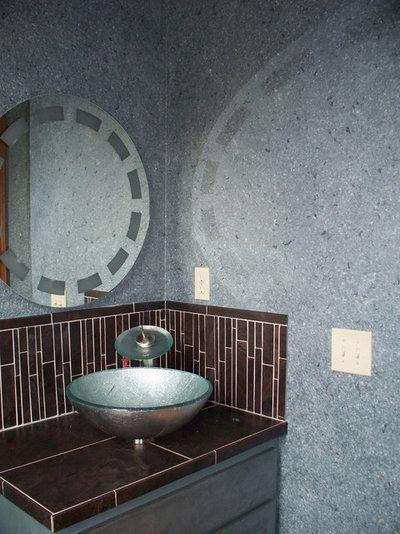 Современный Туалет by M&M Bender Designer Wall Finishes