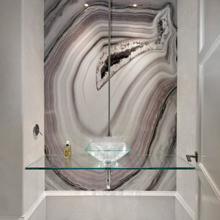 マイアミのおしゃれなトイレ・洗面所 (マルチカラーの壁、ベッセル式洗面器、ガラスの洗面台) の写真