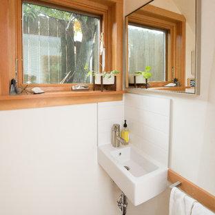 Неиссякаемый источник вдохновения для домашнего уюта: маленький туалет в восточном стиле с белыми стенами и подвесной раковиной