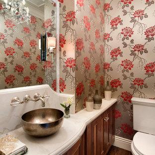 На фото: класса люкс маленькие туалеты в классическом стиле с настольной раковиной, фасадами островного типа, темными деревянными фасадами, мраморной столешницей, раздельным унитазом, разноцветными стенами, паркетным полом среднего тона и плиткой из листового камня