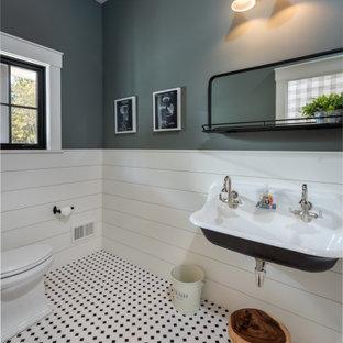 Пример оригинального дизайна: большой туалет в стиле неоклассика (современная классика) с раздельным унитазом, серыми стенами, подвесной раковиной, разноцветным полом и стенами из вагонки