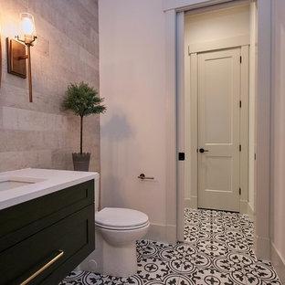 Стильный дизайн: туалет среднего размера в стиле кантри с фасадами в стиле шейкер, темными деревянными фасадами, раздельным унитазом, бежевой плиткой, керамической плиткой, белыми стенами, полом из цементной плитки, подвесной раковиной, столешницей из искусственного кварца, разноцветным полом и белой столешницей - последний тренд