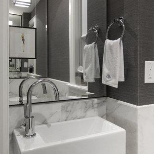 Aménagement d'un petit WC et toilettes moderne avec du carrelage en marbre, un mur gris, un sol en marbre et un lavabo suspendu.