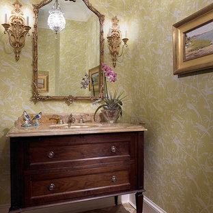 Ejemplo de aseo clásico renovado, grande, con lavabo bajoencimera, armarios tipo mueble, puertas de armario de madera en tonos medios, encimera de mármol, baldosas y/o azulejos beige, paredes verdes y suelo de mármol