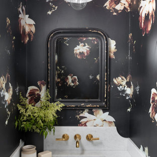 Ispirazione per un bagno di servizio stile marinaro con pareti multicolore, lavabo sottopiano, top bianco e carta da parati