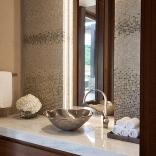 Idee per un ampio bagno di servizio contemporaneo con ante lisce, ante in legno bruno, WC sospeso, piastrelle blu, piastrelle a mosaico, pareti beige, pavimento in gres porcellanato, lavabo a bacinella, top in quarzite e pavimento beige