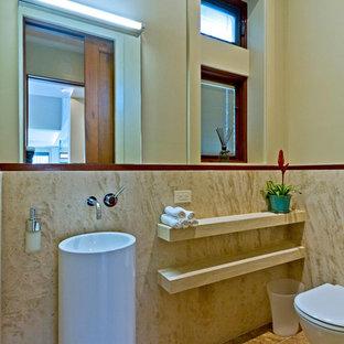 Стильный дизайн: туалет среднего размера в современном стиле с открытыми фасадами, инсталляцией, бежевой плиткой, плиткой из травертина, бежевыми стенами, полом из травертина, раковиной с пьедесталом и бежевым полом - последний тренд