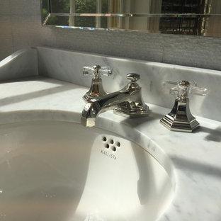 Modelo de aseo clásico, pequeño, con baldosas y/o azulejos con efecto espejo, paredes rosas, suelo de mármol, lavabo bajoencimera, encimera de mármol, suelo multicolor y baldosas y/o azulejos blancos