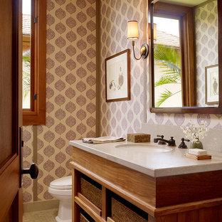 Idee per un bagno di servizio tropicale con lavabo sottopiano, nessun'anta, ante in legno scuro e piastrelle beige
