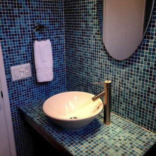 Источник вдохновения для домашнего уюта: туалет среднего размера в стиле модернизм с открытыми фасадами, раздельным унитазом, синей плиткой, плиткой мозаикой, синими стенами, полом из керамогранита, настольной раковиной, столешницей из плитки и бежевым полом