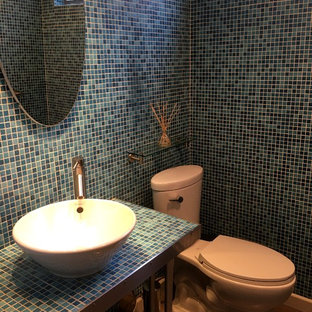 Пример оригинального дизайна: туалет среднего размера в стиле модернизм с открытыми фасадами, столешницей из плитки, раздельным унитазом, синей плиткой, плиткой мозаикой, синими стенами, полом из керамогранита, настольной раковиной, бежевым полом и синей столешницей