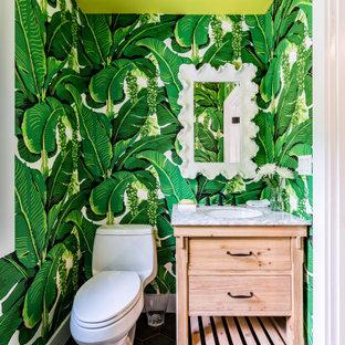小さいトロピカルスタイルのおしゃれなトイレ・洗面所 (マルチカラーの壁、磁器タイルの床、大理石の洗面台、グレーの床、マルチカラーの洗面カウンター、独立型洗面台、壁紙) の写真