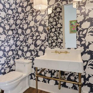 На фото: туалет среднего размера в стиле современная классика с фасадами островного типа, белыми фасадами, унитазом-моноблоком, синими стенами, паркетным полом среднего тона, консольной раковиной и коричневым полом
