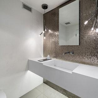 Diseño de aseo actual con lavabo integrado, encimera de cuarcita, baldosas y/o azulejos de metal, paredes blancas y encimeras blancas