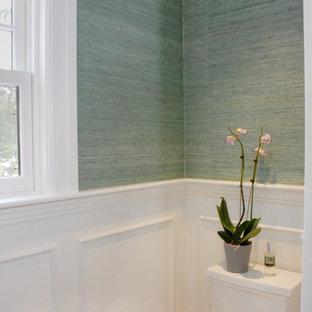 Idée de décoration pour un petit WC et toilettes tradition avec un lavabo encastré, un mur vert et un sol en marbre.