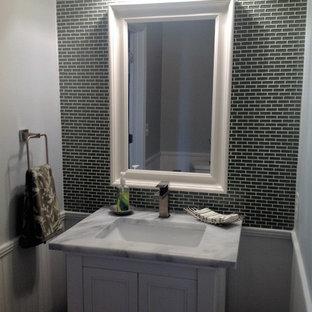 Стильный дизайн: туалет среднего размера в стиле современная классика с фасадами с декоративным кантом, белыми фасадами, серыми стенами, врезной раковиной, мраморной столешницей, серой плиткой и белой столешницей - последний тренд
