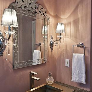 Modelo de aseo romántico, de tamaño medio, con armarios con paneles lisos, puertas de armario blancas, baldosas y/o azulejos rosa, paredes rosas, lavabo de seno grande, encimera de cuarzo compacto, sanitario de dos piezas, suelo de madera oscura y suelo marrón