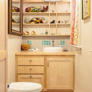 Идея дизайна: маленький туалет в стиле современная классика с раковиной с пьедесталом, фасадами в стиле шейкер, светлыми деревянными фасадами, столешницей из плитки, инсталляцией, бежевой плиткой, керамической плиткой, бежевыми стенами и полом из керамической плитки