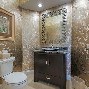 Foto di un piccolo bagno di servizio tradizionale con consolle stile comò, ante in legno bruno, WC monopezzo, pistrelle in bianco e nero, piastrelle di marmo, pareti multicolore, pavimento in gres porcellanato, lavabo a bacinella, top in marmo, pavimento beige e top grigio