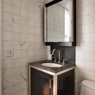 Ispirazione per un bagno di servizio moderno con piastrelle in pietra e top grigio