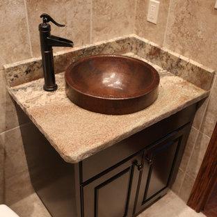 シカゴの小さいラスティックスタイルのおしゃれなトイレ・洗面所 (レイズドパネル扉のキャビネット、濃色木目調キャビネット、一体型トイレ、モザイクタイル、トラバーチンの床、ベッセル式洗面器、御影石の洗面台) の写真