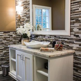 Kleine Klassische Gästetoilette mit Aufsatzwaschbecken, weißen Schränken, Quarzit-Waschtisch, braunen Fliesen, beiger Wandfarbe, Schrankfronten mit vertiefter Füllung und Stäbchenfliesen in Detroit