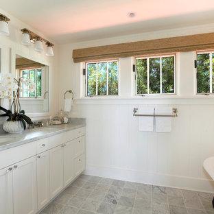 Ispirazione per un bagno di servizio tropicale con ante con riquadro incassato, ante bianche e pareti bianche