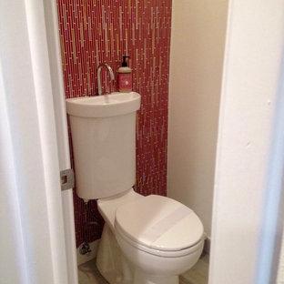 Esempio di un piccolo bagno di servizio minimal con WC a due pezzi, piastrelle rosse, piastrelle rosa, piastrelle a listelli, pavimento in vinile e pareti rosse