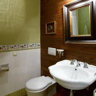 Cette image montre un WC et toilettes rustique de taille moyenne avec un sol en carrelage de céramique, un carrelage blanc, un carrelage vert, des carreaux de céramique, un mur vert, un lavabo suspendu et un WC à poser.