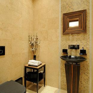 Cette image montre un WC et toilettes design avec un WC suspendu, un carrelage jaune, un mur jaune et un lavabo de ferme.