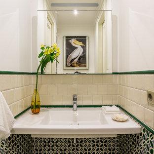 Idées déco pour un petit WC et toilettes contemporain avec un carrelage vert, un carrelage beige, des carreaux de céramique, un lavabo suspendu et un mur blanc.