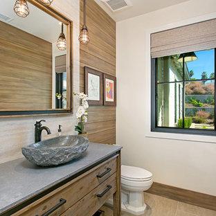 Ispirazione per un bagno di servizio country con pareti beige, lavabo a bacinella e pavimento beige
