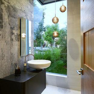 Новые идеи обустройства дома: туалет среднего размера в современном стиле с настольной раковиной, серой плиткой, серыми стенами, плоскими фасадами, черными фасадами, цементной плиткой и столешницей из искусственного камня