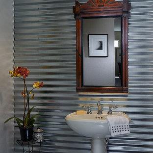 Foto de aseo industrial, pequeño, con lavabo con pedestal, paredes grises y suelo de baldosas de porcelana