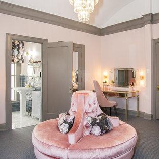 Idée de décoration pour un WC et toilettes tradition de taille moyenne avec un mur rose et un sol bleu.
