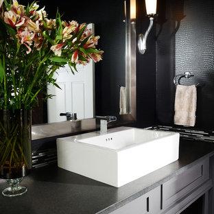 Esempio di un piccolo bagno di servizio classico con lavabo a bacinella, ante grigie, piastrelle nere, pareti nere, top in quarzo composito, ante con riquadro incassato e top nero