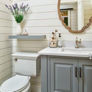 Неиссякаемый источник вдохновения для домашнего уюта: большой туалет в морском стиле с фасадами островного типа, белой плиткой, плиткой кабанчик, белыми стенами, полом из керамогранита, врезной раковиной, столешницей из гранита, разноцветным полом и разноцветной столешницей