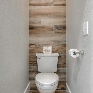 Стильный дизайн: большой туалет в стиле модернизм с накладной раковиной, раздельным унитазом, белыми стенами и паркетным полом среднего тона - последний тренд