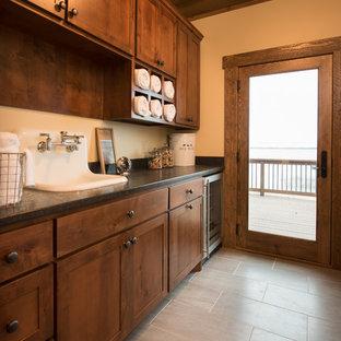 ミネアポリスのラスティックスタイルのおしゃれなトイレ・洗面所 (落し込みパネル扉のキャビネット、濃色木目調キャビネット、ベージュの壁) の写真