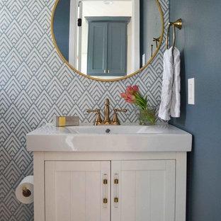 Aménagement d'un WC et toilettes classique avec un placard à porte affleurante et des portes de placard blanches.