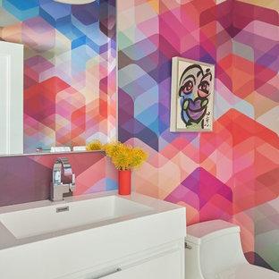 На фото: маленький туалет в современном стиле с плоскими фасадами, белыми фасадами, монолитной раковиной и белой столешницей с