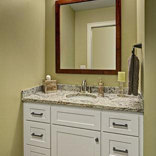 Ispirazione per un bagno di servizio american style di medie dimensioni con ante in stile shaker, ante bianche, pareti beige, pavimento in legno massello medio, lavabo sottopiano, top in granito, pavimento marrone e top multicolore